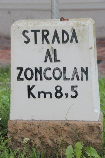 Beschilderung auf der Straße zum Monte Zoncolan führt